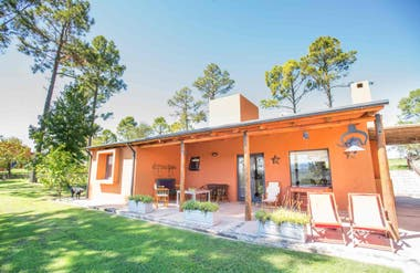 Casa de Campo Calamuchita busca (con éxito) recrear el sueño de la casa propia en las sierras.