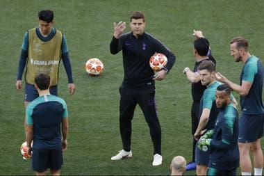 Una imagen que ya es del pasado: entrenando a los jugadores de Tottenham.