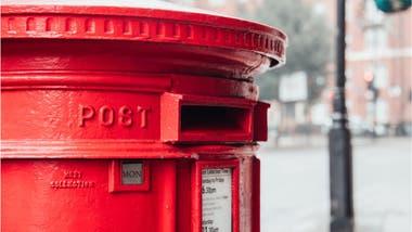 Hay una poderosa razón por la que los buzones británicos son de color rojo.