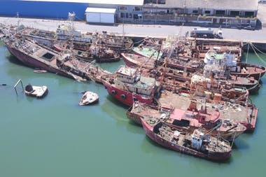Resultado de imagen para Mar del Plata. Señalan que el puerto está ocupado por buques abandonados
