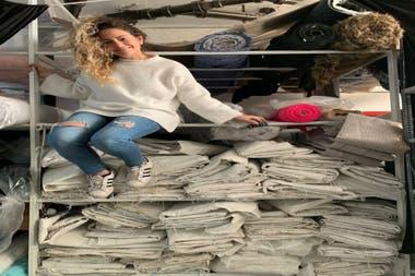 Ornella Basilotta junto a los bolsones de arena que reutiliza para confeccionar bolsos y accesorios