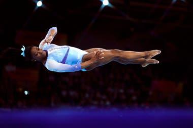 Simone Biles, en el aire, en el Mundial que se desarrolla en Stuttgart.