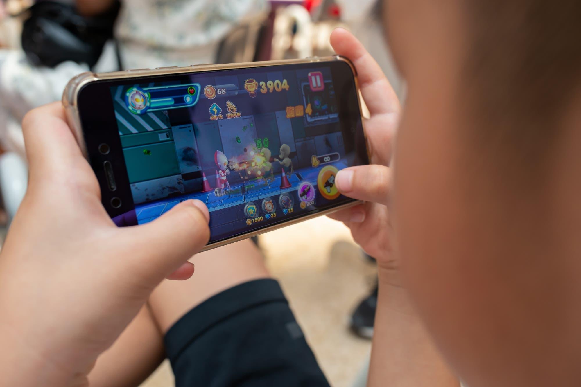 China le pone un límite diario de una hora y media de videojuegos a los menores para combatir la adicción a las partidas online