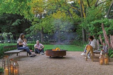 En verano, el fogón (Biofogones Design) también se usa para preparar algo sobre la plancha y comer en el jardín. Fanales (Velas de la Ballena).