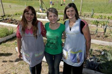 La directora del jardín, Graciela Lumbia, la directora ejecutiva de la Fundación Huerta Niño y la docente, Lidia Diaz.