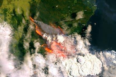 Una imagen satelital de los incendios