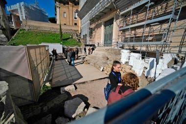 Científicos y arqueólogos trabajan en el lugar