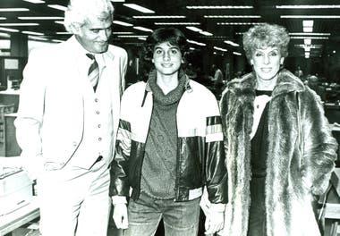 10) Gaby, junto con sus padres, en la vieja redacción porteña de LA NACION, en Bouchard 557, tras lograr el trofeo de Roland Garros junior.