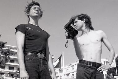 Hutchence con el director del documental, Richard Lowenstein, que fue uno de sus grandes amigos.
