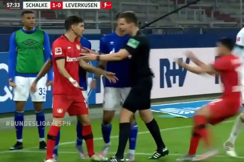 Bundesliga. La jugada de Lucas Alario que rompió el Fair Play y desató reclamos y manotazos