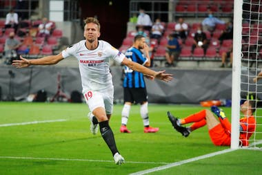 El holandés Siem De Jong acaba de señalar el gol del empate 1-1 de Sevilla en la final de la Europa League frente a Inter de Milán.