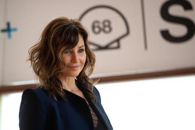 La actriz Gina Gershon, sonriente, posó para la prensa presente en el festival de cine de San Sebastián