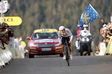 Tadej Pogacar, vestido con maillot blanco para el mejor piloto joven, se puso el amarillo al final de la jornada, a un día de llegar a París