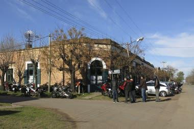 Azcuénaga: tres por seis manzanas con veredas de pasto a casi 100 kilómetros de Buenos Aires