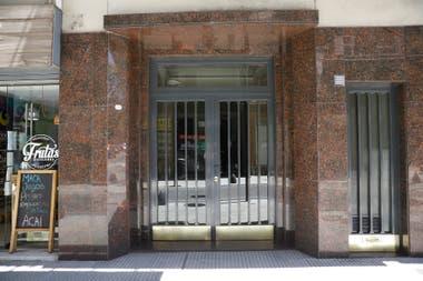 El edificio donde vivió Jorge Luis Borges en la calle Maipú no tiene actualmente en la fachada la placa recordatoria