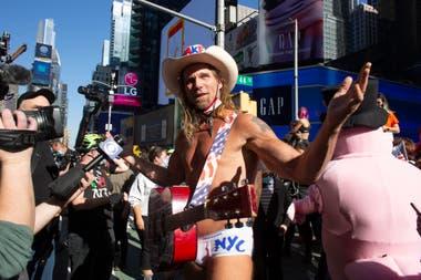 """Robert John Burck, mejor conocido como """"Naked Cowboy"""", celebra la victoria de Joe Biden en Times square, Nueva York"""
