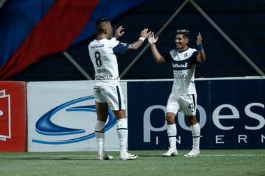 Ayala (8) envió el centro para el gol de cabeza Ramírez, que se acerca al abrazo; fue el primer gol de Gimnasia