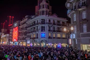 Las calles de Wuhan, la ciudad de China fueron lugar de un multitudinario festejo de Año Nuevo sin respetar el distanciamiento social.