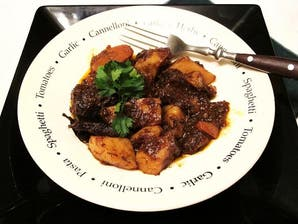 Tapa de asado al borgoña con papas y zanahorias