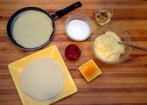 Panqueques rellenos con crema pastelera y duraznos flambeados