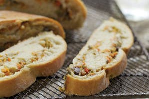 Pan relleno de verduras y aceitunas