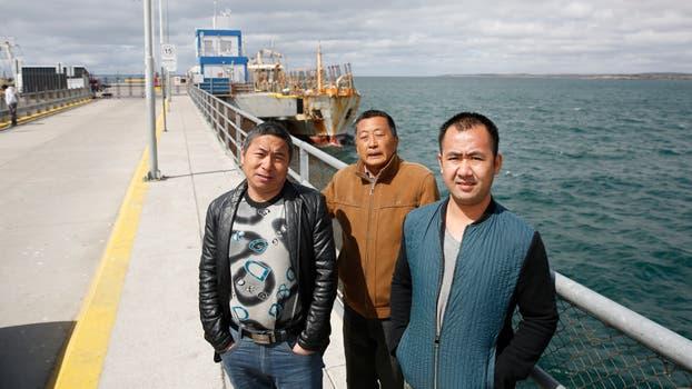 El primer oficial Ling Zhong Liang, el vocero de los tripulantes Cao Zuo Jun, y el capitán Ding Bin son tres de los marineros todavía varados en Puerto Madryn. Foto: LA NACION / Maximiliano Amena