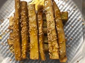 Berenjenas fritas con miel, sésamo y romero