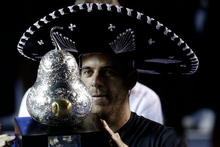 El gigante de Tandil con la copa del campeón