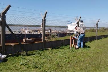 Alfrido Wagner analiza el agua subterránea de un predio fabril frente al Río Paraná