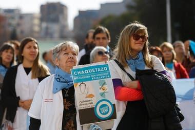 La manifestación de los profesionales de la salud de Mendoza contra la legalización del aborto se realizó en las escalinatas de la casa de gobierno provincial