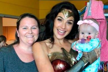 Los padres tampoco quisieron perderse la oportunidad de posar junto a la Mujer Maravilla