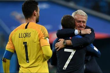 El festejo de Didier Deschamps con Antoine Griezmann y Hugo Lloris tras el pase a la final del Mundial
