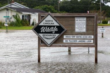 Por las intensas lluvias el agua ha comenzado a inundar las calles y pronto llegará a las casas de Sneads Ferry Boating en Carolina del Norte