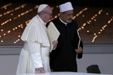 El beso entre Francisco y el imán Sheikh Ahmed al Tayeb recorre el mundo