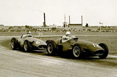 El coche numero 6 de Carlos Menditeguy persigue a Horace Gould en 1956; al año siguiente, el argentino logró su único podio en la F.1