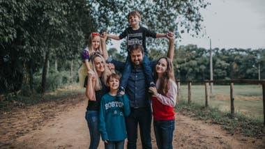 La familia de Rafael vive en Timbó y teme por el futuro y la independencia del niño con autismo.