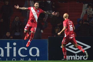 Batallini festeja el gol de Argentinos; la pelota se desvió en Matías Suárez y descolocó a Franco Armani.