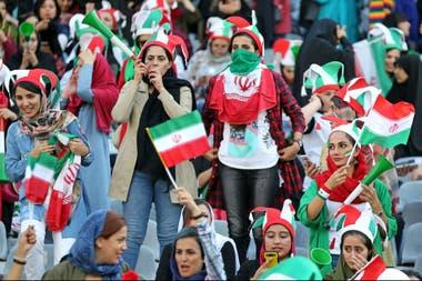 En el ingreso al estadio hubo manifestaciones: no todas pudieron ingresar.