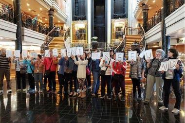El piquete en alta mar incluyó carteles de protesta para pedir el reembolso del pasaje