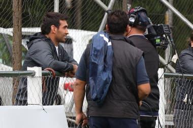 Matías Orlando, entrevistado por la TV. Fue a ver el partido en la cancha del SIC.