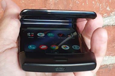 La barbilla tiene el sensor de huellas el conector USB-C y los parlantes con el sistema de gestos de Android 10 puede ser molesto funciona mejor con los tres botones geomtricos de control