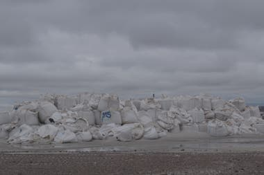 Bolsas de Arena. En Vaca Muerta se acumulan miles de bolsones que se reciclan, se tratan y se transforman en accesorios. La participación de cooperativas textiles, clave.