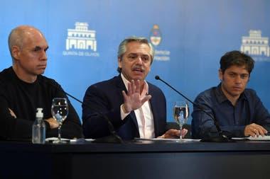 Alberto Fernández, flanqueado por Horacio Rodríguez Larreta y Axel Kicillof, en la conferencia de prensa en Olivos