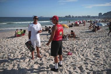 En Río, las autoridades aconsejaron a la gente abandonar las playas para controlar la pandemia de coronavirus