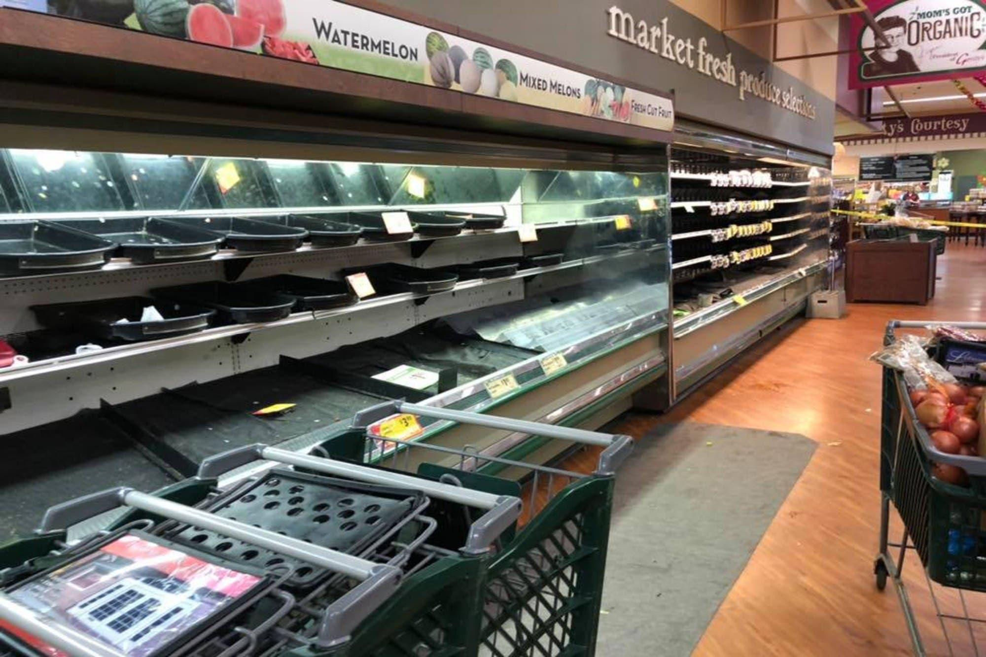 Coronavirus: arrestan a una mujer mientras escupía la comida de un supermercado