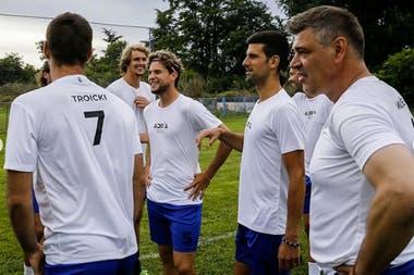 En Belgrado y sin distanciamiento social: Djokovic y los tenistas que participaron del Adria Tour, jugaron al fútbol.