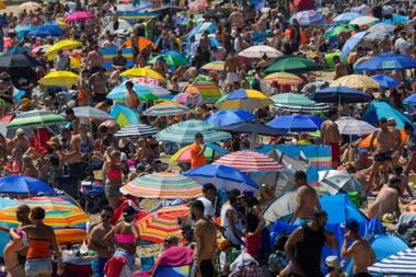 Miles de personas instalaron sus sombrillas en la playa de Bournemouth