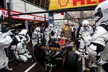 Ensayo de pit stop de Red Bull Racing en el Gran Premio de Mónaco 2005; la escudería utilizó el lanzamiento del tercer episodio de la saga de Star Wars para vestir con los trajes de soldados del Ejército Imperial a los mecánicos