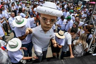 Un muñeco con la figura de Uribe en una manifestación de 2019 en su favor