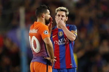 Lionel Messi y Sergio Agüero, con camisetas distintas. Si La Pulga confirma su adiós de Cataluña, su destino más probable parece estar en Manchester, junto a su amigo del seleccionado argentino.